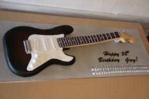 Gateau d'anniversaire en forme de guitare