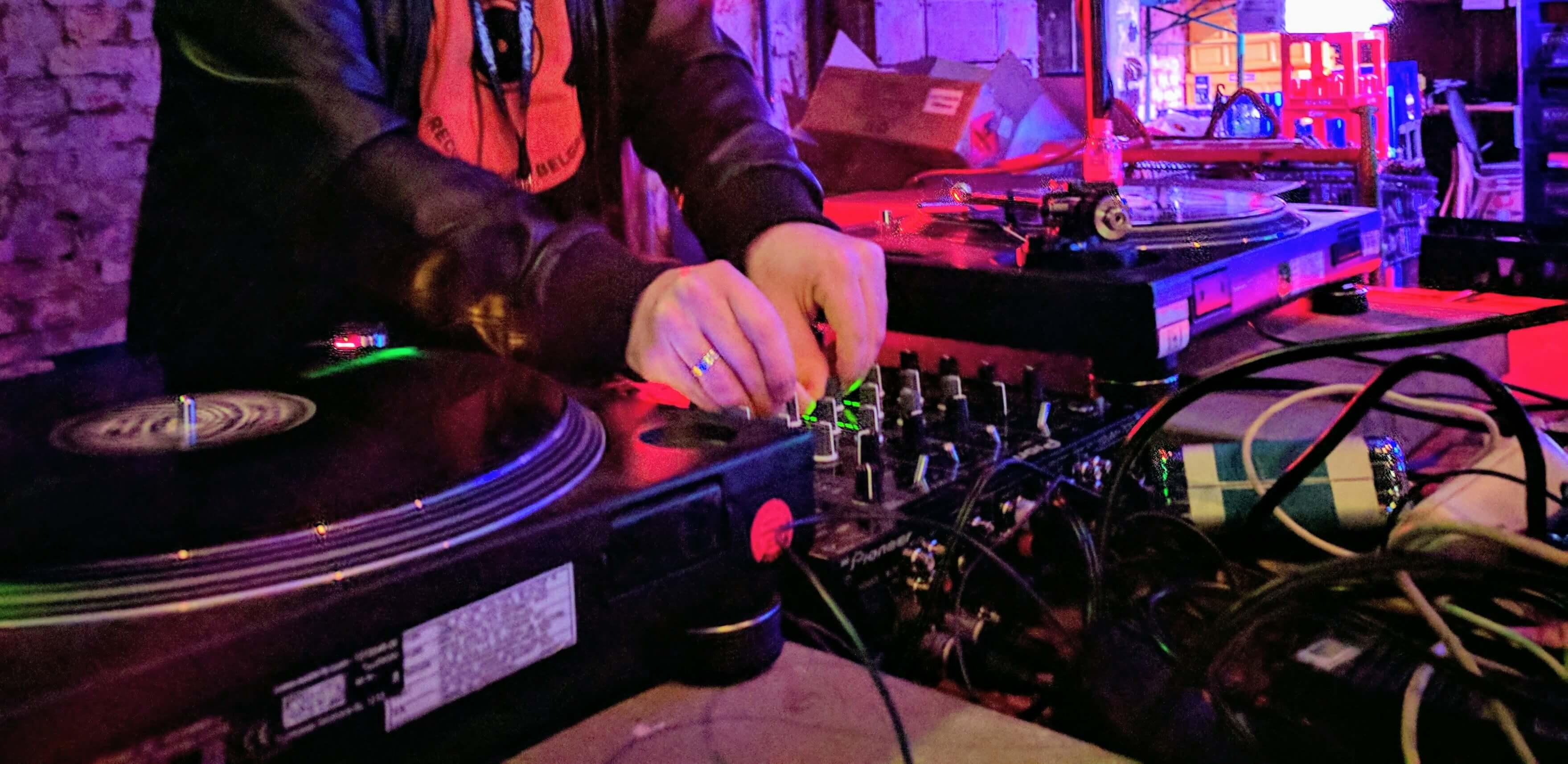 Quelle Marque De Platine Vinyle Choisir meilleure table de mixage dj : comparatif & avis en 2020
