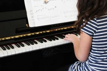 fillette qui joue du piano